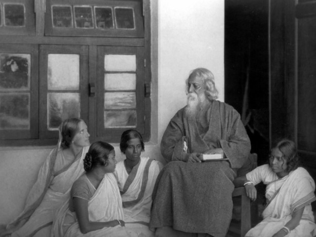 Rabindranath_Tagore_reading_to_others_(1)